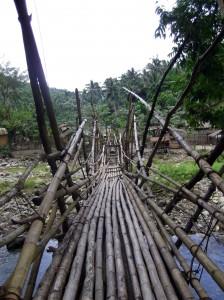 Brückenkonstruktion über den Fluß zum Einsatzort