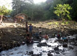Blick aufs Dorf, Frauen beim Waschen