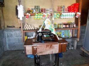 Singernähmaschine in einem kleinen Laden am Ende aller Fahrwege