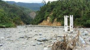 afgefülltes Flußbett mit Brückenanker