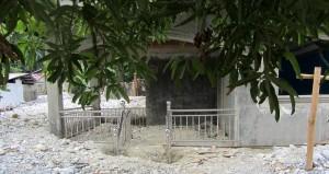"""Rohbau mit hier teurem Zaun,den der Besitzer versucht hat,inzwischen wieder zu """"retten"""",dh,auszugraben"""
