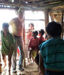In der Zwischenzeit verteilten wir einen Teil des mitgebrachte Reises mit Sardinen an die einzelnen Familien